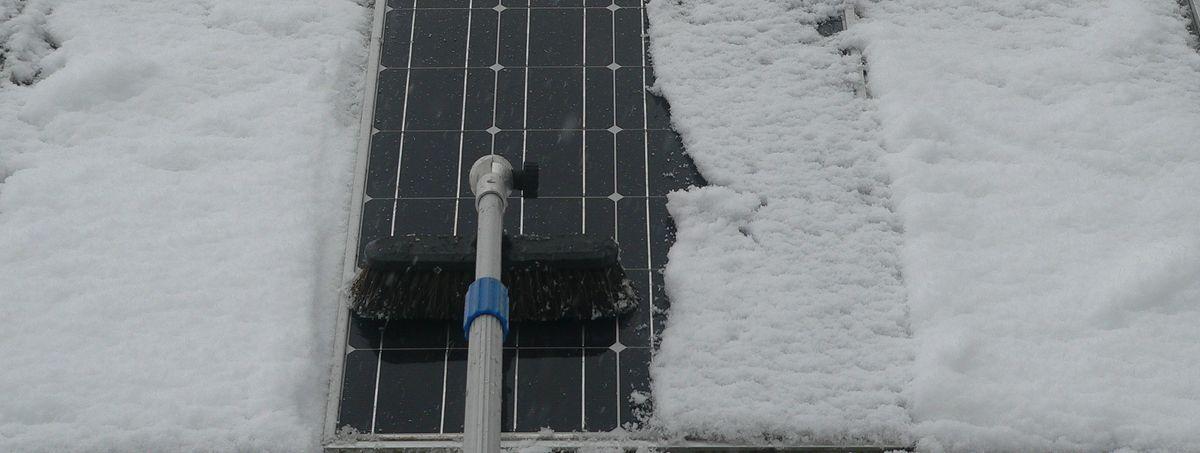 Schnee von Solaranlge entfernen